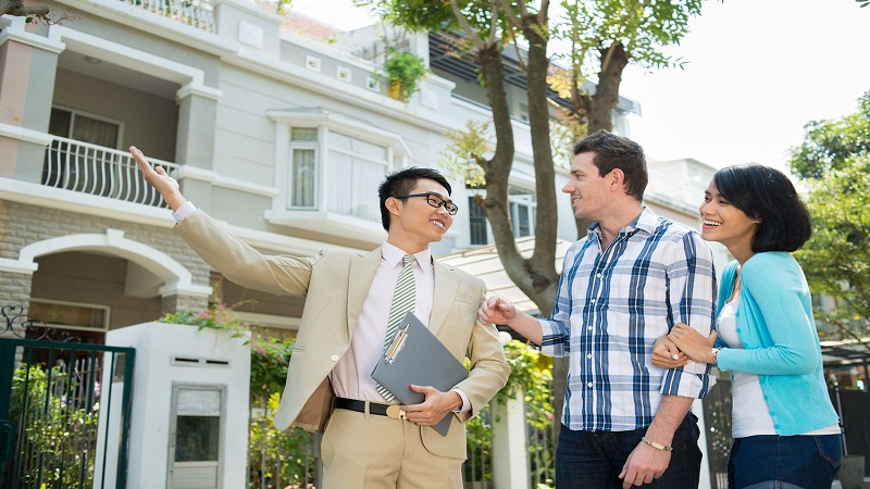 Who can become a real estate agent in Dubai?